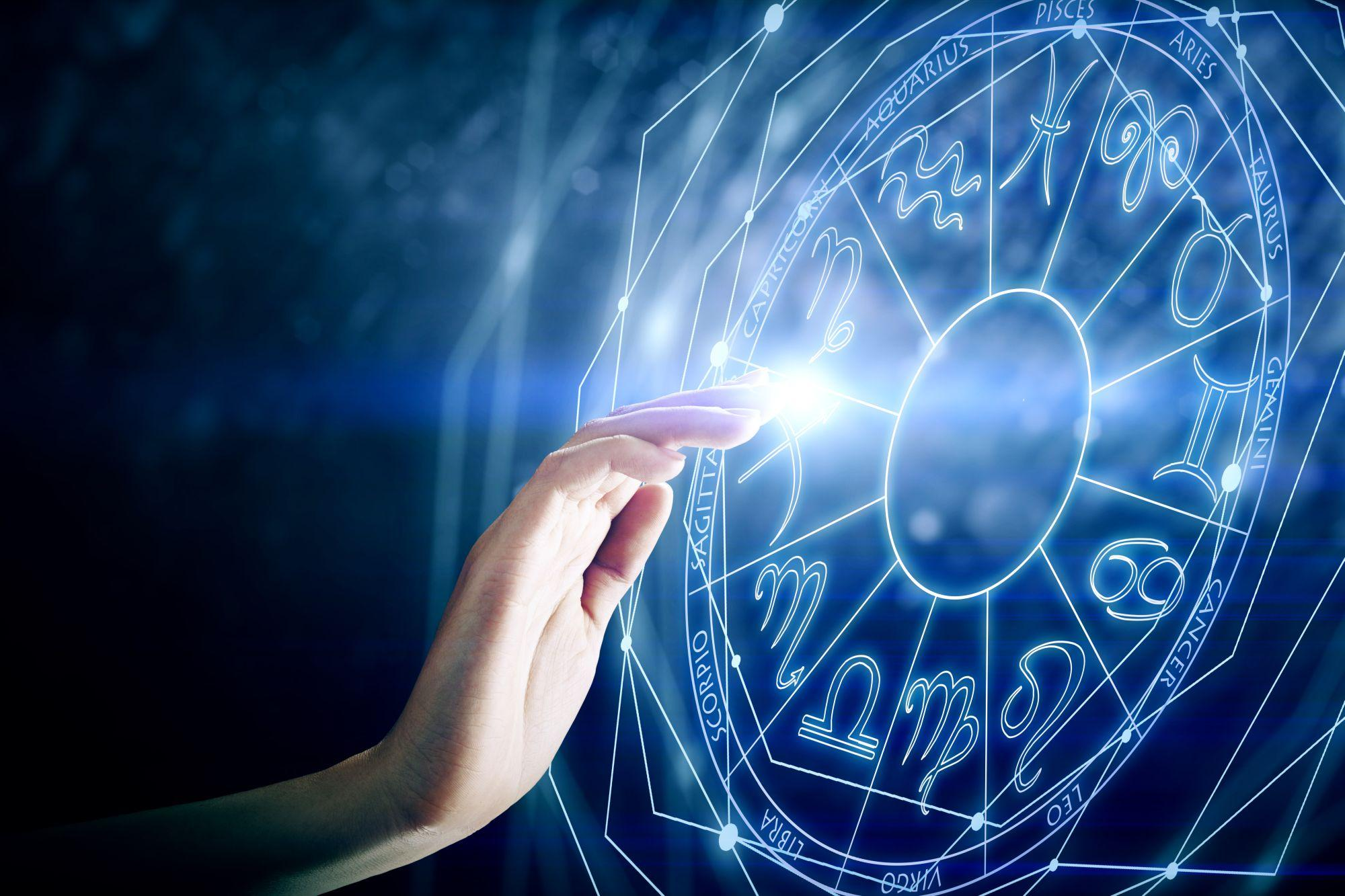 O mână şi cercul zodiilor, pe fundal albastru