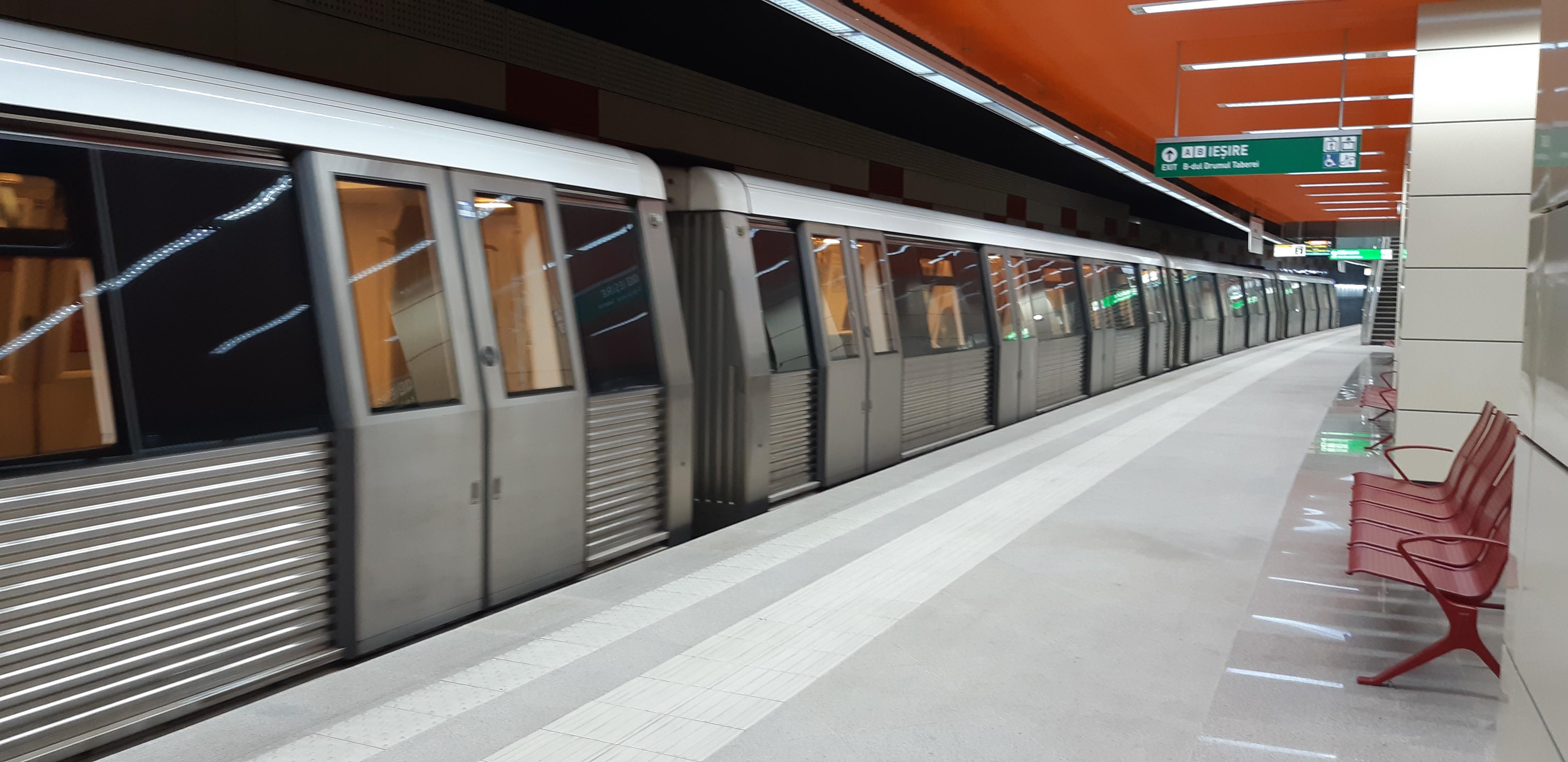 O adolescentă de 13 ani a alunecat din metrou, la staţia Piaţa Unirii 1