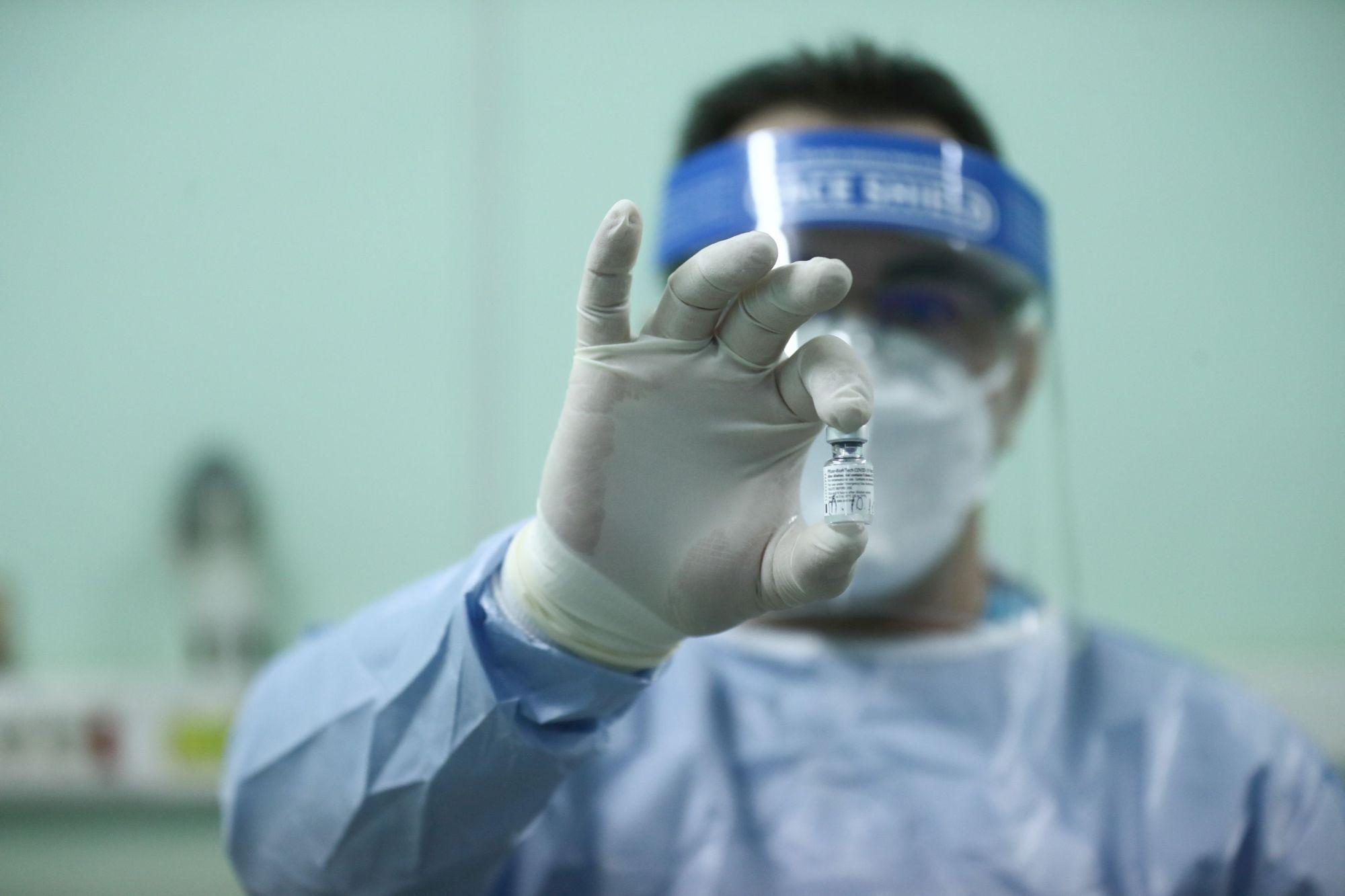 Peste 7.000 de români au făcut Covid după prima doză de vaccin, peste o mie după a doua