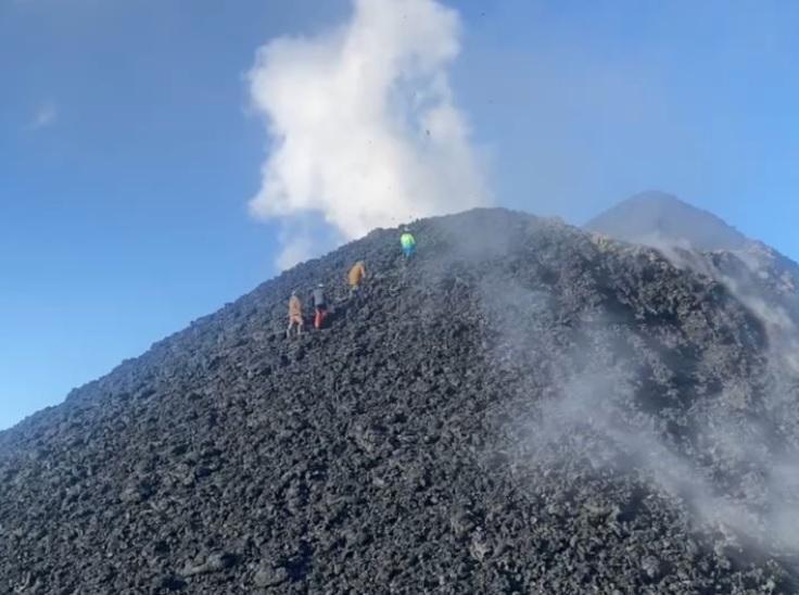 Mai mulți alpiniști ruși s-au cățărat pe un vulcan activ și au frip cârnați pe marginea craterului