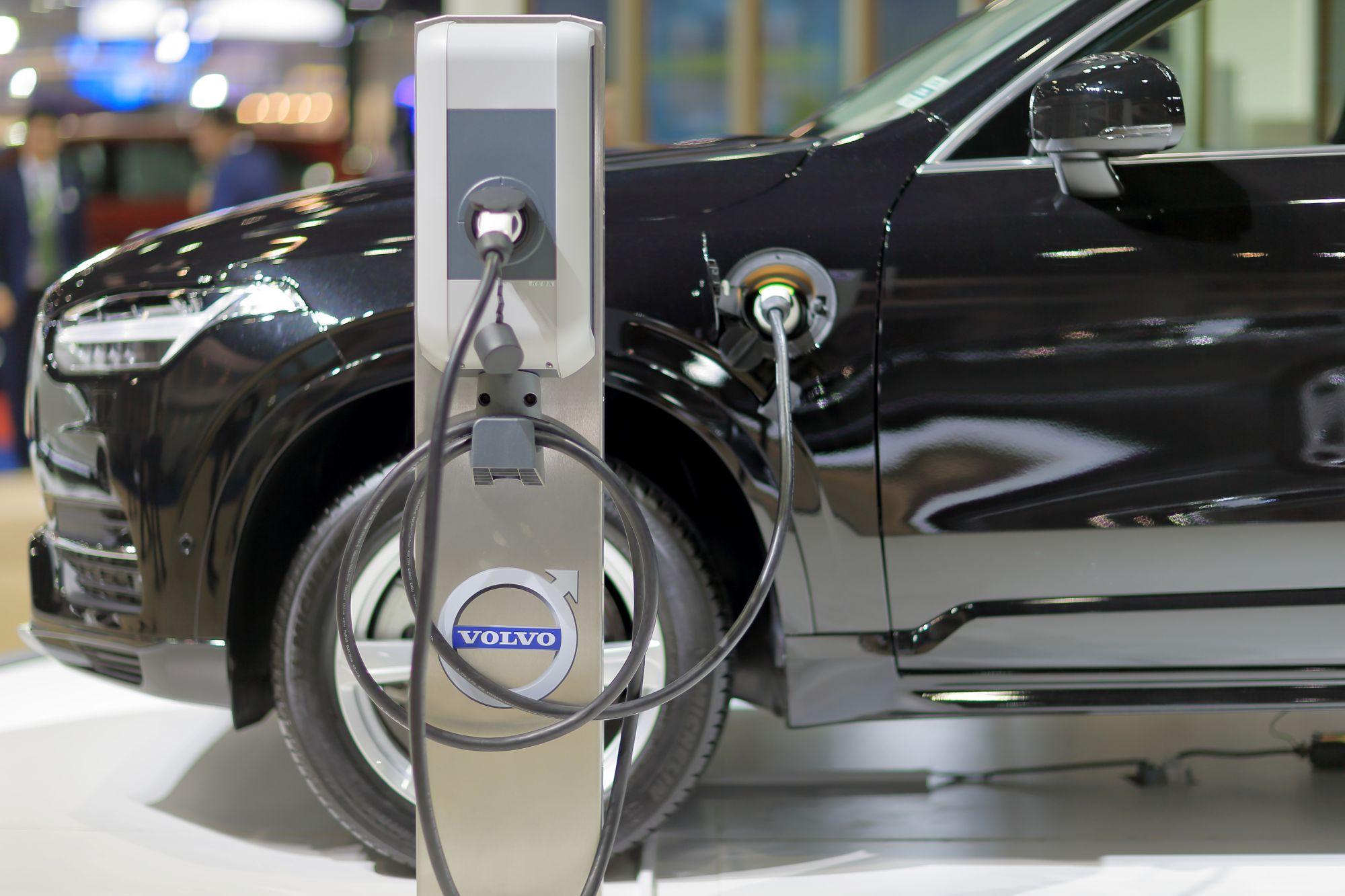 Un autovehicul Volvo care folosește energie regenerabilă este prezentat la o expoziție auto din Thailanda, în 2016