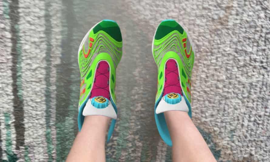 O pereche de pantofi sport purtați prin realitate augumentată
