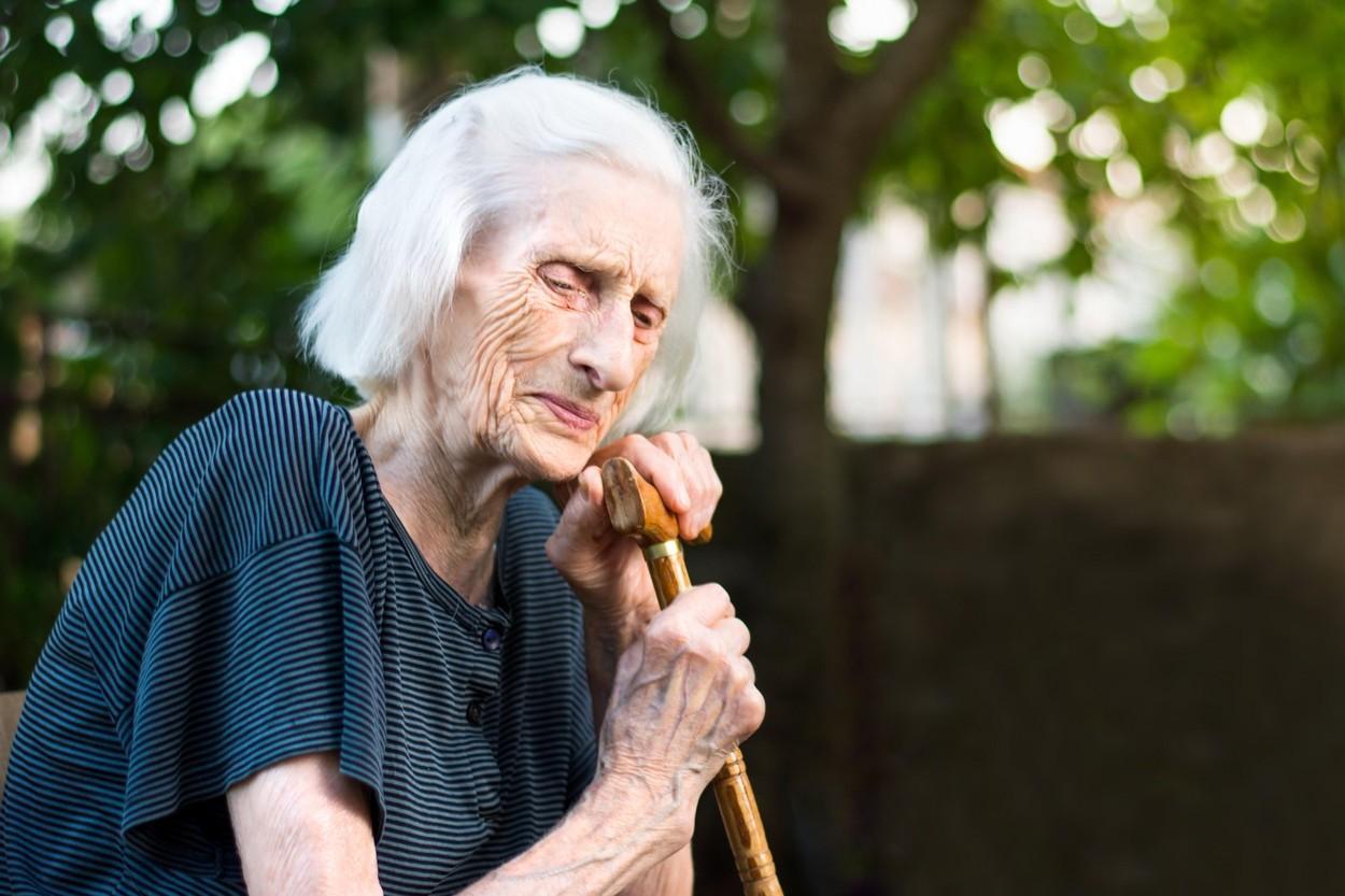 Bătrâna a fost salvată de doi vecini