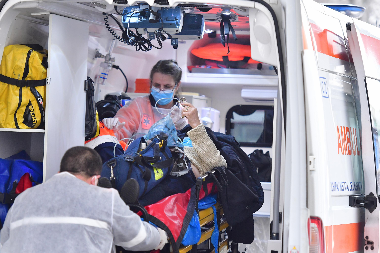 Echipajul unei ambulanțe transporta un pacient bolnav de Covid la spital