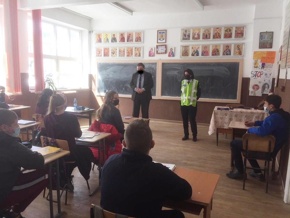 Profesorul din Suceava pare să nu fi purtat mască de protecţie la acţiunea IPJ Suceava