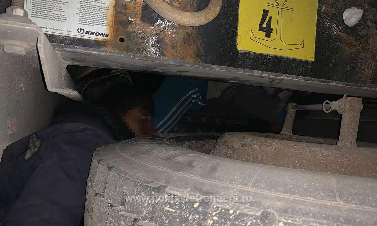 Șoferi prinși în Vamă la Nădlac cu migranți ascunși sub camioane