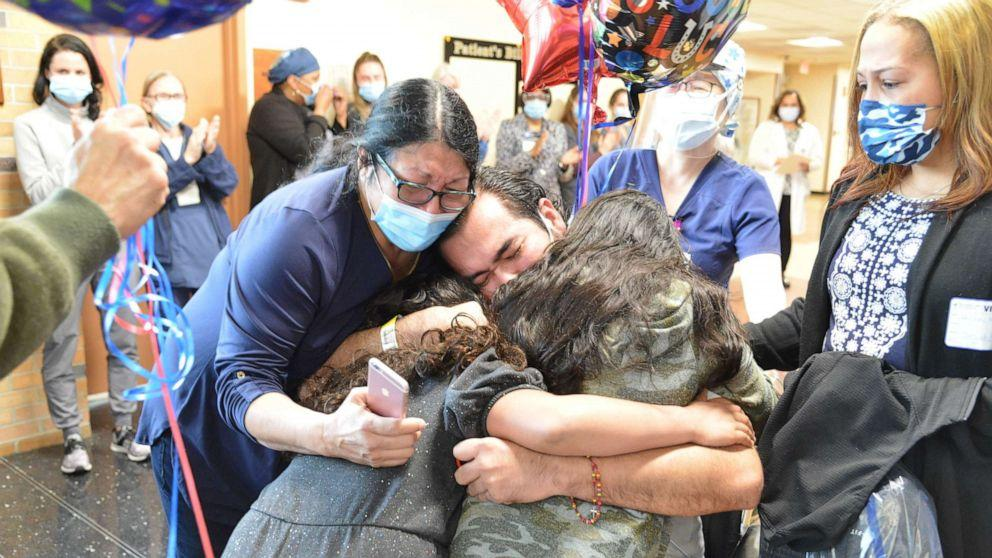 Momentul emoționant în care un tată își îmbrățișează fiicele pentru prima dată, după luni de coșmar într-un spital Covid-19 din New York