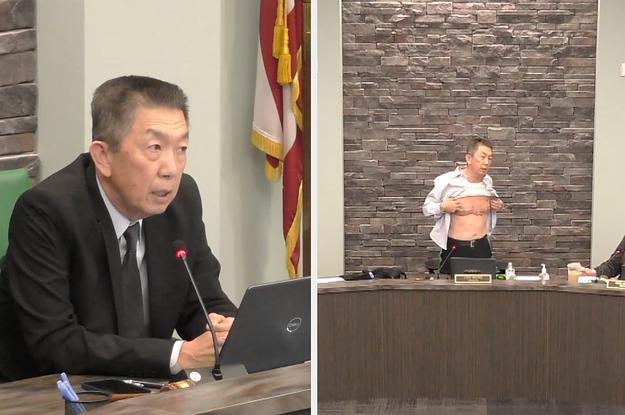 Lee Wong își descheie cămașa și își arată cicatricile