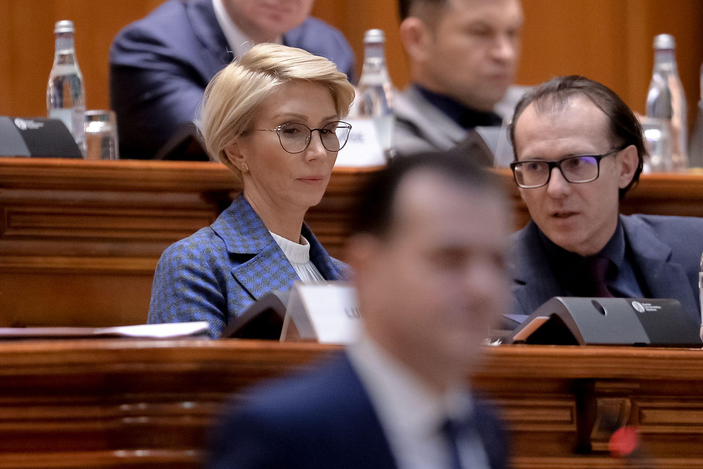 Ministrul Muncii, Raluca Turcan, alături de premierul Florin Cîțu