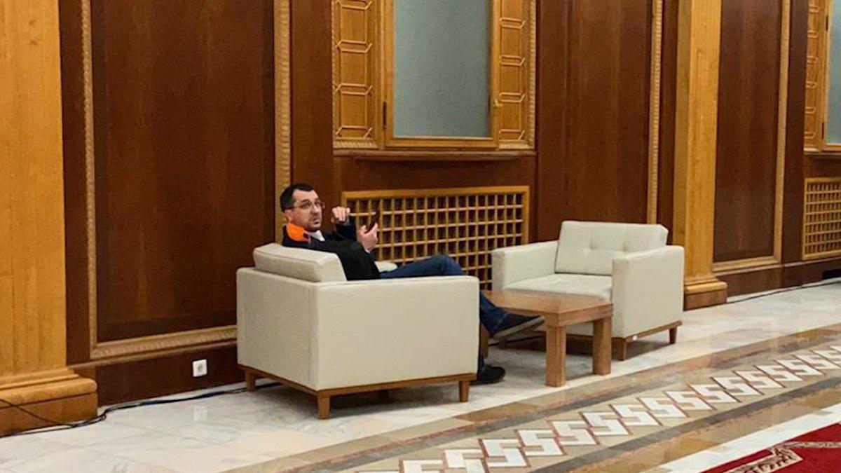 Ministrul Sănătăţii, Vlad Voiculescu, a fost fotografiat, luni, fără mască de protecţie Covid-19 pe holurile Parlamentului