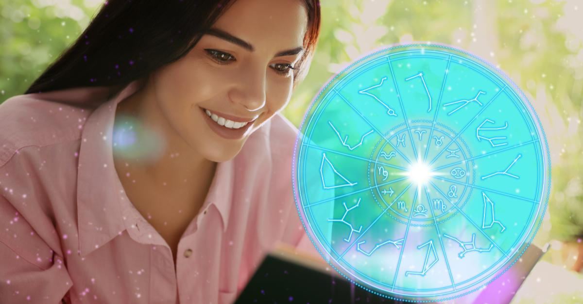 O tânără citeşte o carte şi este ilustrată o roată a zodiacului cu semnele astrologice