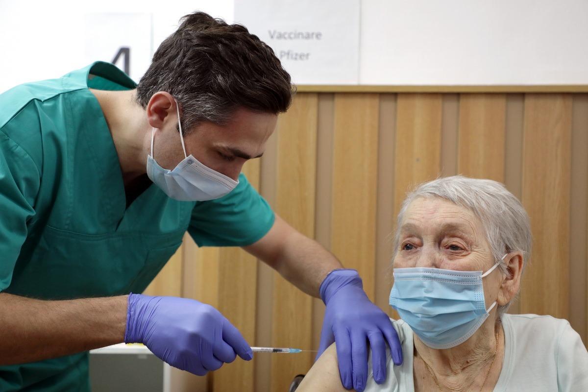 Valeriu Gheorghiță vaccinează anti-COVID o femeie în vârstă de 86 de ani