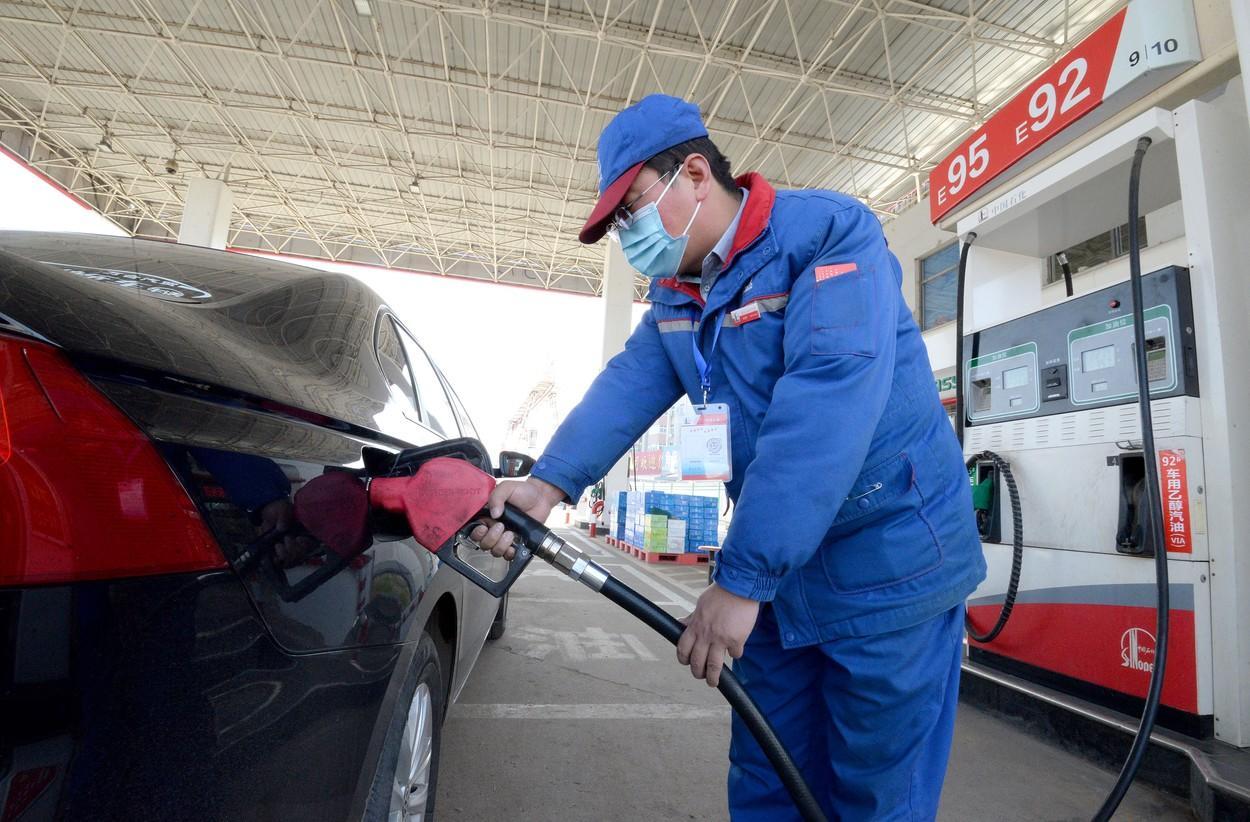 Prețul barilului de petrol Brent a depășit 70 de dolari. Saudiții spun că o instalație petrolieră a fost atacată cu rachete