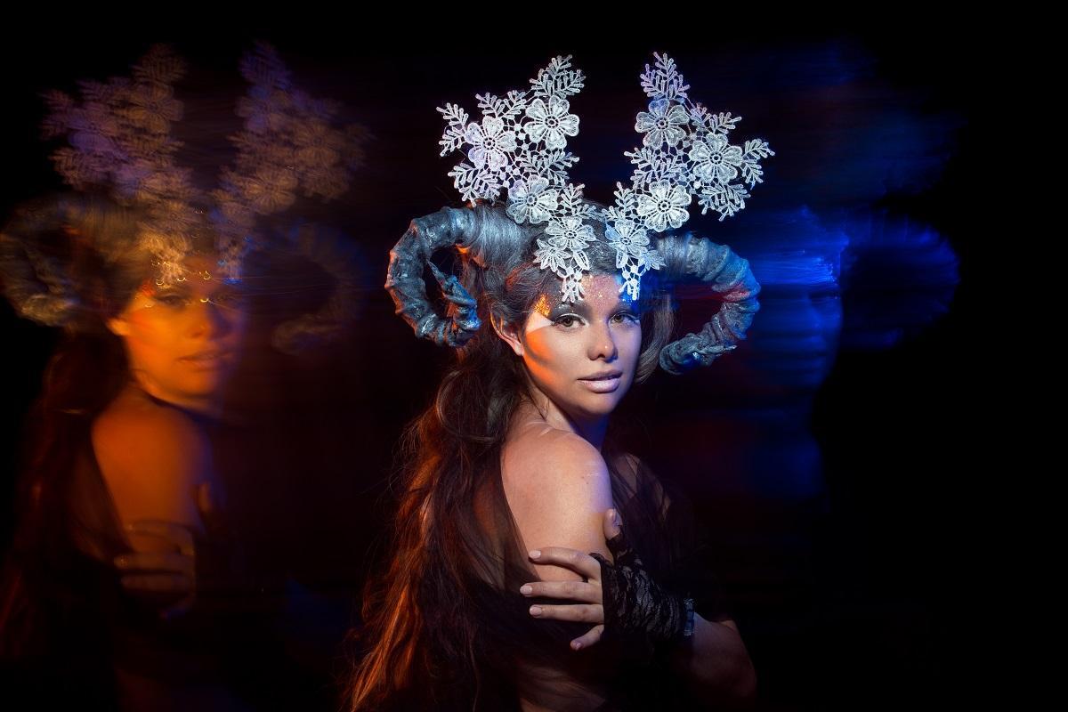 Femeie cu coarne din flori simbolizând semnul zodiacal pentru Berbec