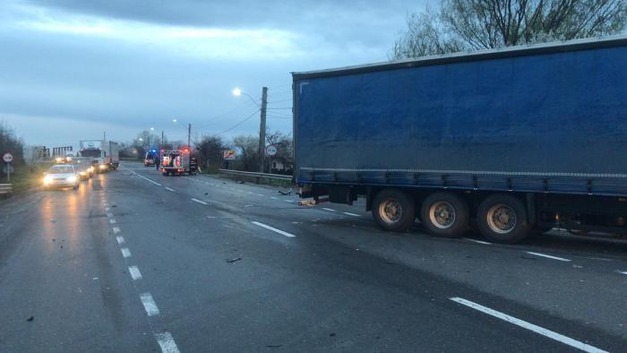 Imagini de coşmar pe un drum din Vrancea, după ce un TIR a intrat pe contrasens. Două copile au ajuns la spital