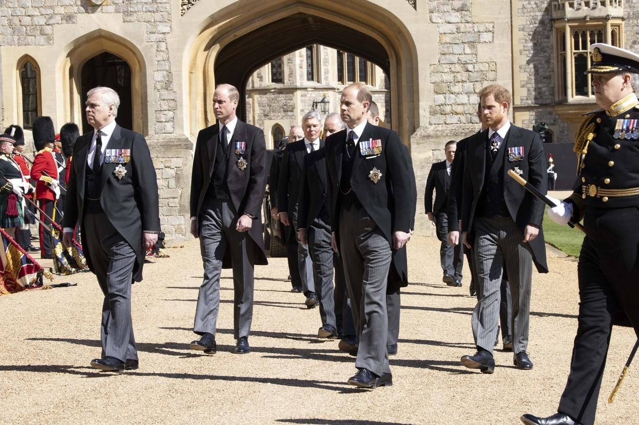 Prinţii William şi Harry au stat separat la funeraliile Prințului Philip. Ducesa Meghan a scris personal mesajul de pe coroana de flori