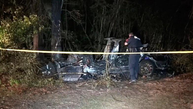 Mașina Tesla, distrusă în urma accidentului de pe o șosea din statul american Texas