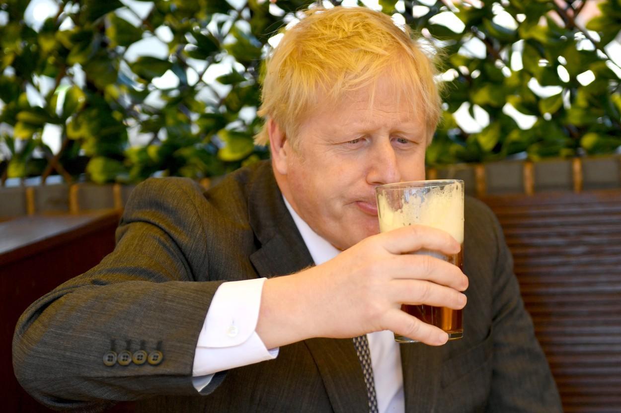 Boris Johnson sărbătorește relaxarea restricțiilor