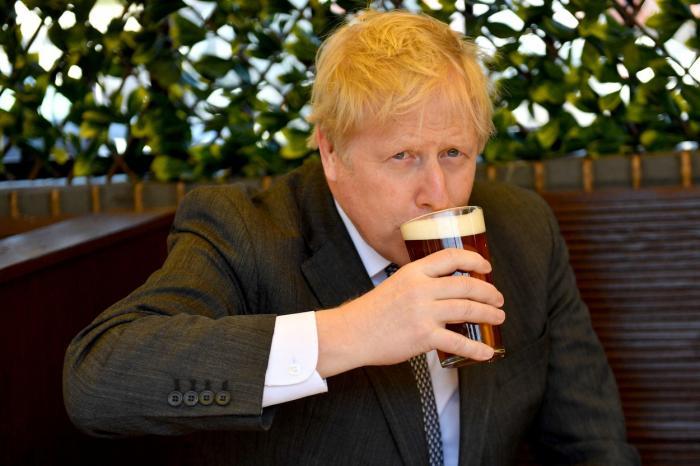 Boris Johnson sărbătorește relaxarea restricțiilor anti-COVID