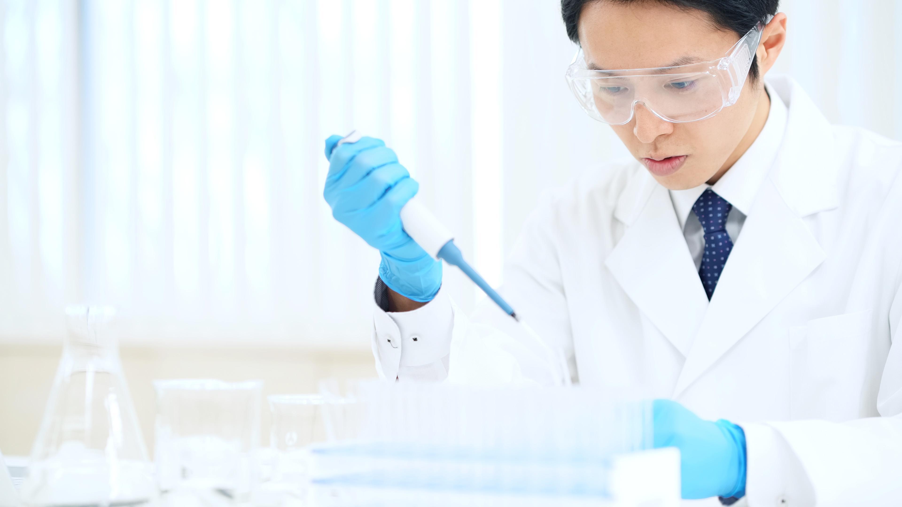Un cercetător analizează o probă luată în cadrul unui test