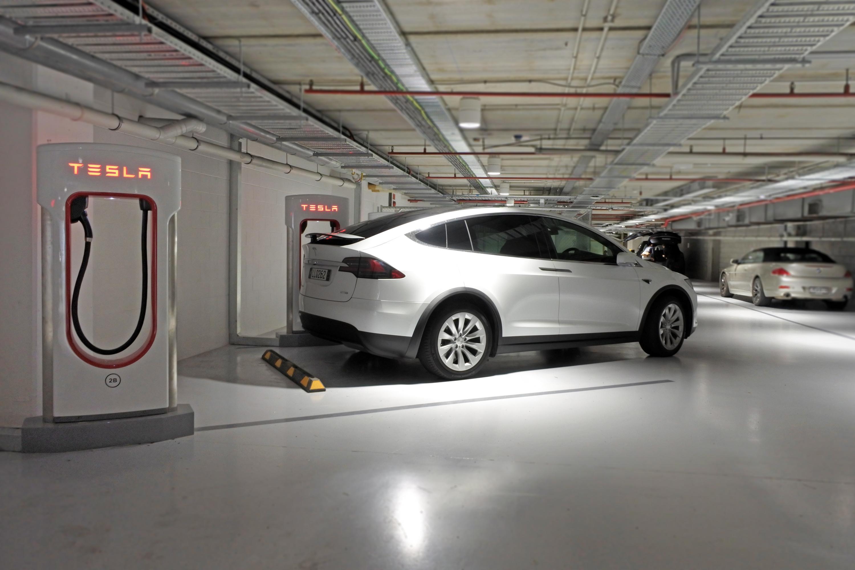 Tesla Model X pus la încărcat la un supercharger