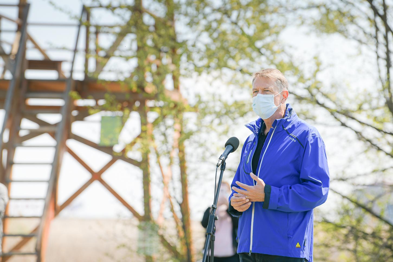 Klaus Iohannis, în timpul unei vizite în Parcul Natural Văcăreşti, cu ocazia ZIlei Pământului