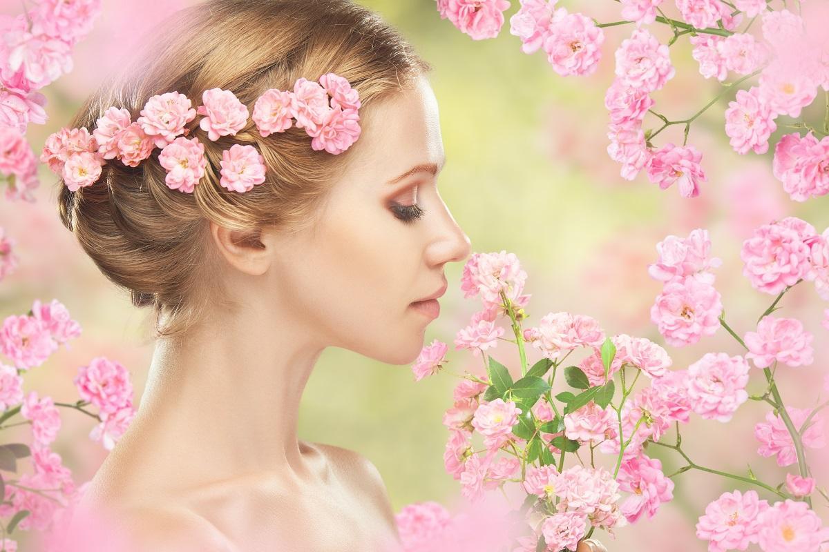 Femeie cu flori în păr