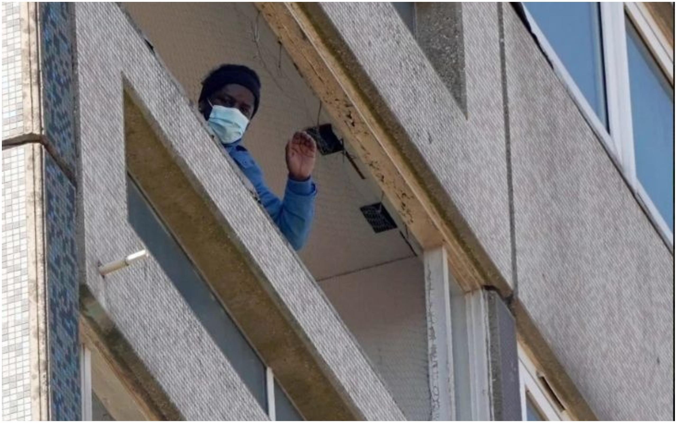 Ezekiel Hermon locuiește de unul singur într-un bloc cu 12 etaje din Marea Britanie