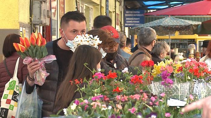 """Pieţele de flori, mai mult goale: """"Nu se mai cumpără cum se cumpăra odată"""""""