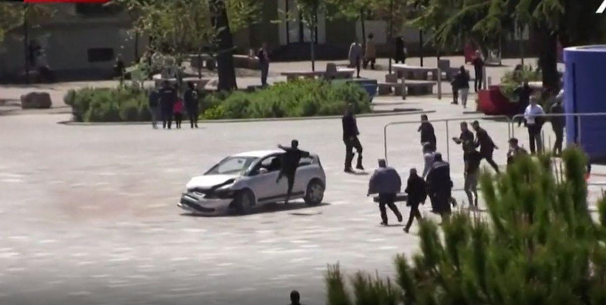 Tânărul a sărit prin geamul mașinii și l-a oprit pe șofer
