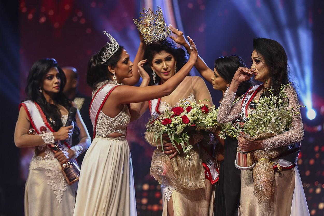 Câștigătoarea unui concurs de frumusețe din Sri Lanka s-a ales cu răni la cap după ce o rivală i-a smuls coroana. VIDEO