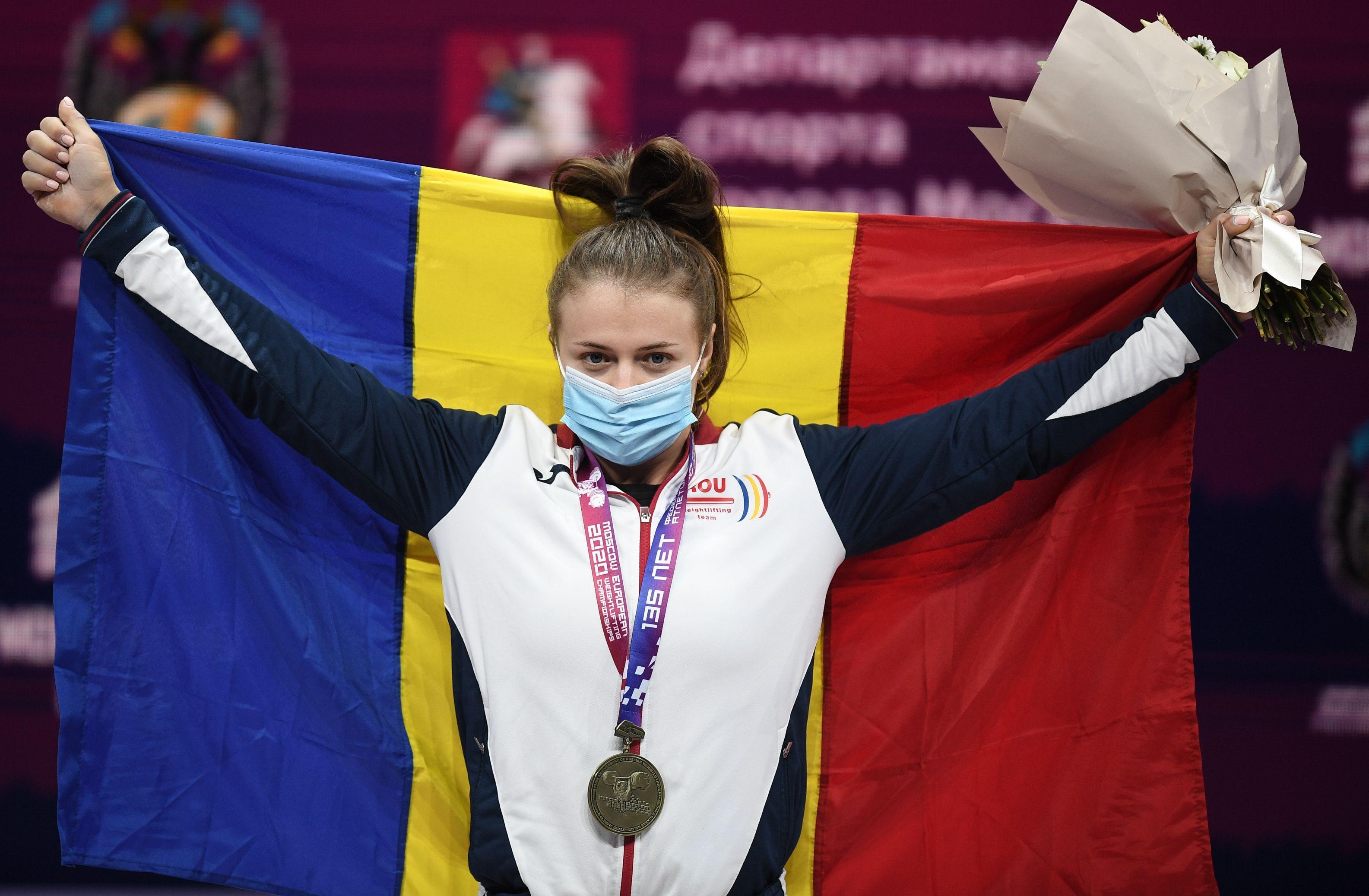 Loredana Toma în timpul ceremoniei de premiere la Moscova, cu steagul României şi medalia de aur