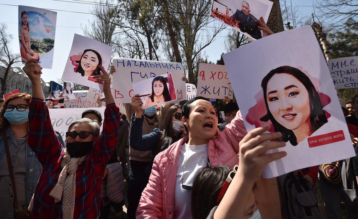 Protestatarii s-au adunat în fața Ministrului de Interne din Kirghizstan, cu fotografia uneia dintre victime