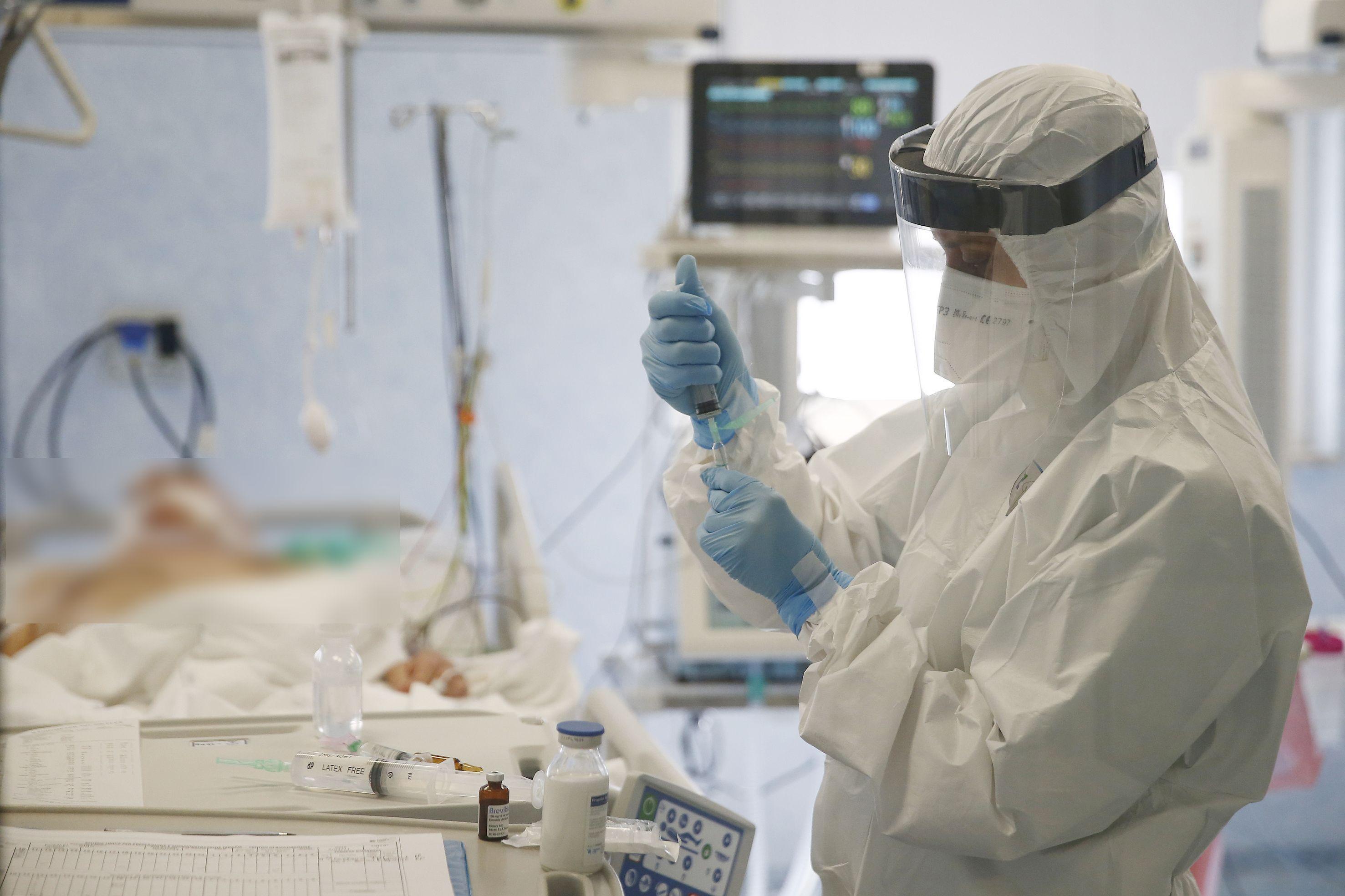 Un medic asistă un pacient care suferă de complicații după infecția cu coronavirus (Covid-19)