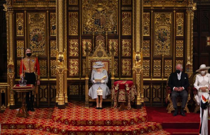 Regina Elisabeta, singură, în Camera Lorzilor