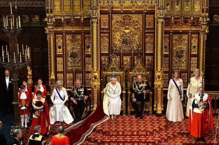 Regina Elisabeta, alături de prințul Philip, în Camera Lorzilor, în 2015