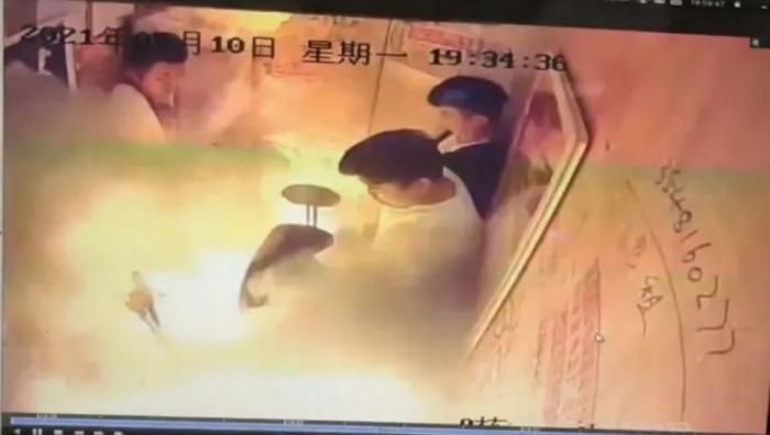 Momentul în care bicicleta a luat foc în lift