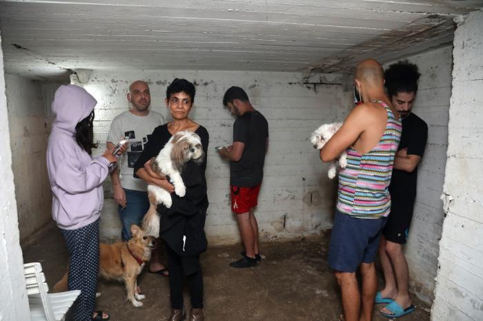 Imaginile terorii în Israel vs Gaza: oameni îngroziți ascunși în buncăre, o femeie s-a adăpostit în dulap