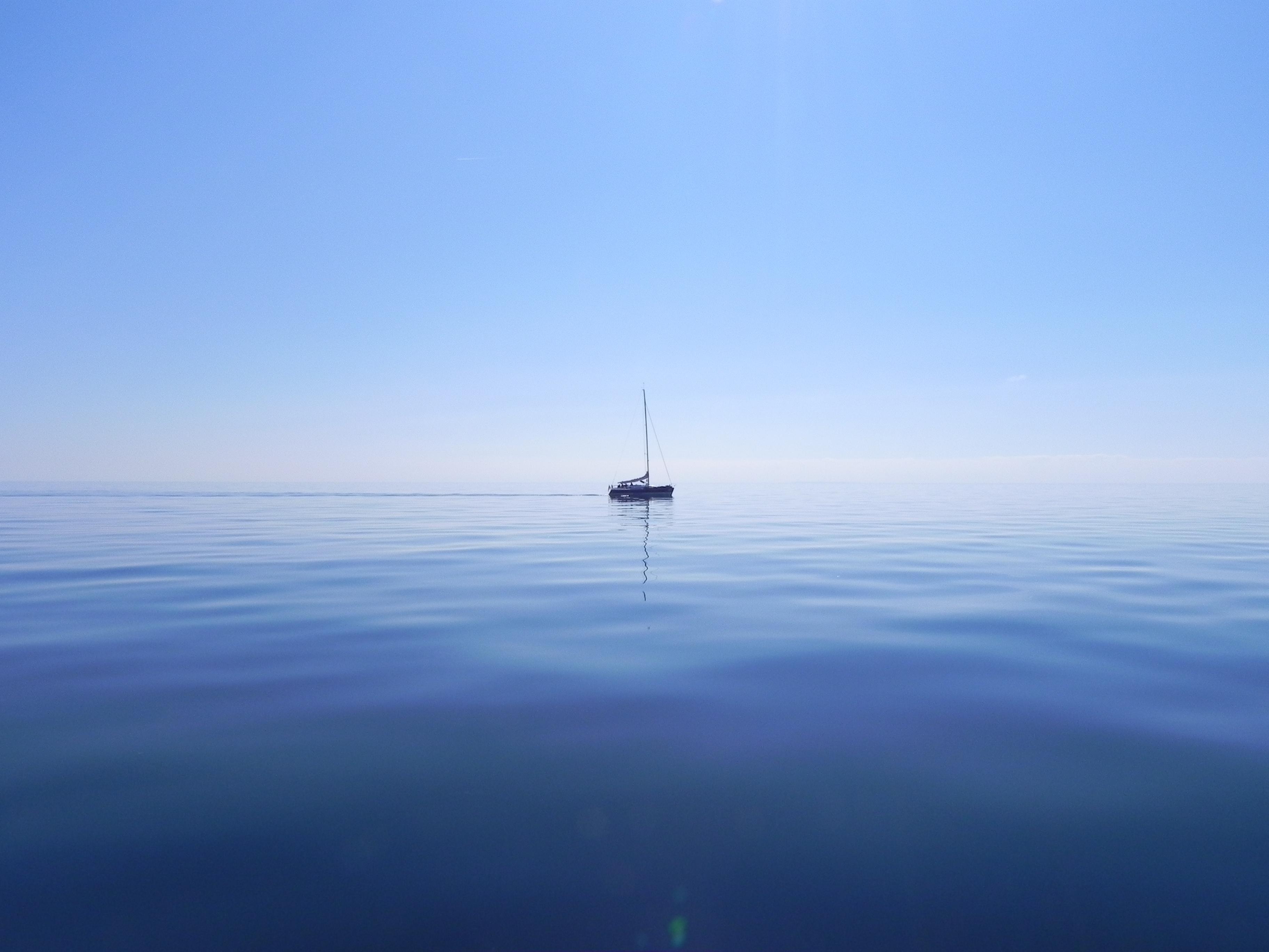 Barcă, plutind pe mare. Imagine ilustrativă