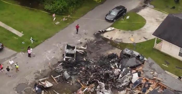 Patru morţi, între care o fetiţă de 2 ani, după ce un avion privat s-a prăbuşit peste o casă,înMississippi