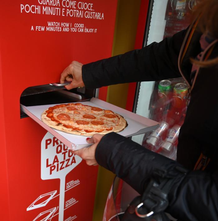 Automat de pizza, instalat în capitala Italiei, Roma