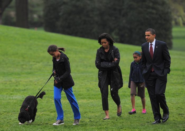 Catelul Bo și familia Obama, la plimbare