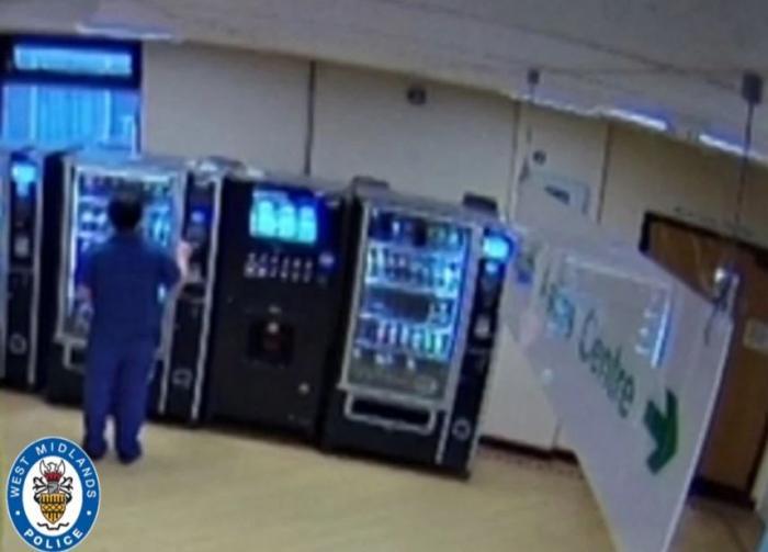 O asistentă medicală a reuşit să scape de închisoare, după ce s-a folosit de cardul unei paciente, la doar 17 minute de când bătrâna a murit, în Anglia