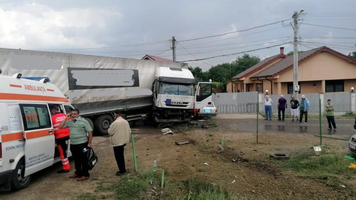Patru persoane rănite în urma unui accident produs într-o localitate din Vrancea. A fost nevoie de intervenția pompierilor militari