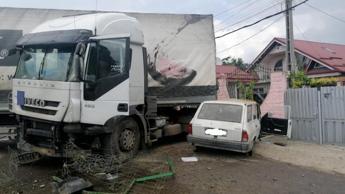 Accident între un camion și o mașina, în Vrancea