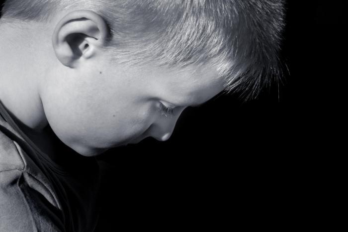 Băiat trist fotografiat din profil