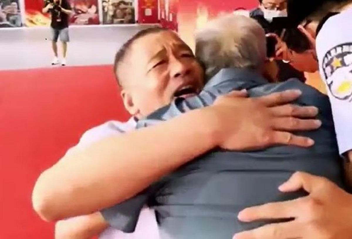 Tatăl îşi strânge în braţe fiul