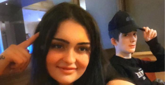 Un adolescent român, devenit vedetă pe internet în Anglia, a murit la 17 ani din cauza unor probleme la inimă