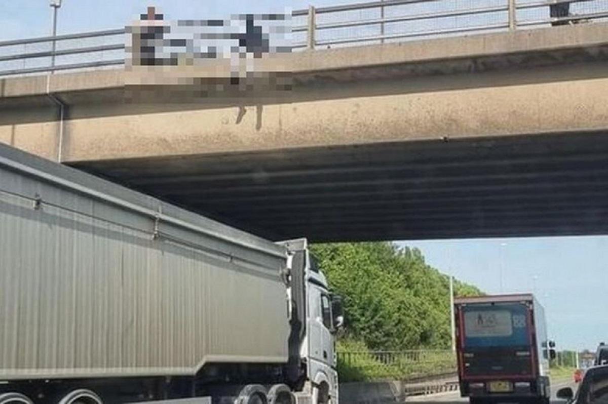 Şofer de camion, devenit erou în UK. Bărbatul a parcat sub un pod, împiedicând o persoană să se sinucidă