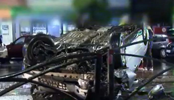 Şofer băut şi vitezoman, la un pas de tragedie după ce s-a răsturnat cu maşina într-un scuar de tramvai din Bucureşti